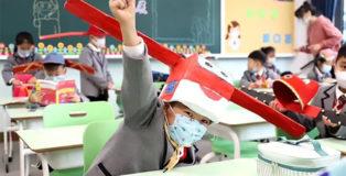 Forme creative di distanziamento sociale: il caso della scuola elementare di Hangzhou. photo courtesy of Asiawire