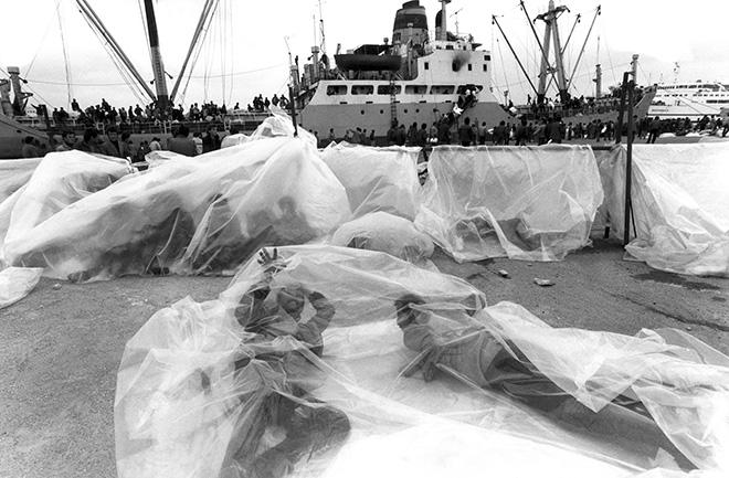©Giorgio Lotti - Il primo sbarco di albanesi a Brindisi, 1991