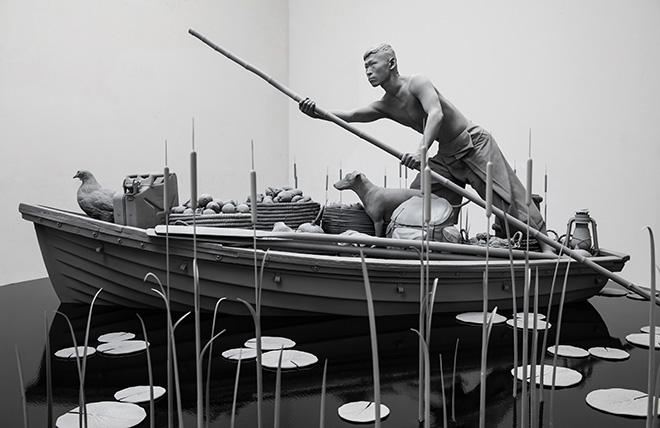 Hans Op de Beeck - The Boatman, 2020. poliestere, acciaio, legno, MDF, resina epossidica, fibra di vetro, poliammide, gesso sintetico, rivestimento, canna, vetro, PA, gomma, bambù, 400 x 400 x 180 cm, 2020. Courtesy: the artist and GALLERIA CONTINUA Photo by: Studio Hans Op de Beeck