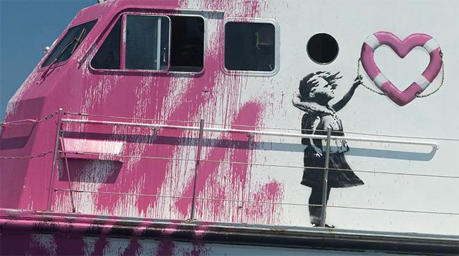 Banksy e il sostegno alla LouiseMichel – Quando l'arte diventa azione e salva vita umane