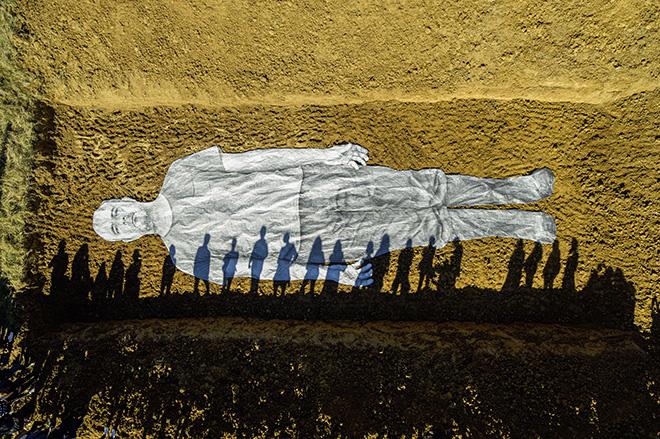 JR - Omelia Contadina - 2020. Processione, San Gimignano, Italia 2020. Procession, San Gimignano, Italy. Courtesy: the artist and GALLERIA CONTINUA. Photo by: JR