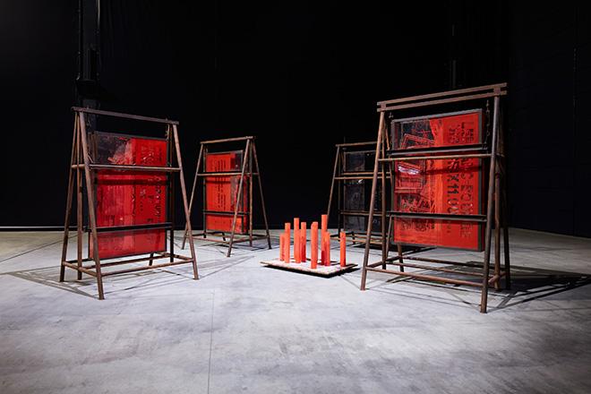Chen Zhen - Le Rite suspendu / mouillé, 1991 Installation view, Pirelli HangarBicocca, Milan, 2020. © ADAGP, Paris. Courtesy Pirelli HangarBicocca, Milan, and de Sarthe Gallery, Hong Kong. Photo: Agostino Osio