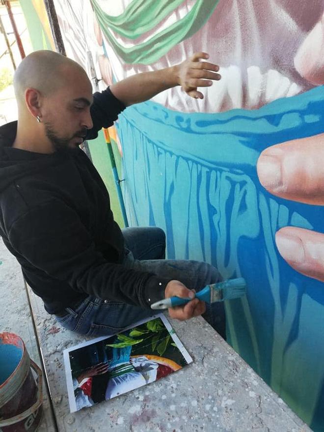 Mauro Patta - Ethnika, work in progress, murale presso il plesso scolastico dell'ex monastero di Lentini, quartiere Badia. Photo credit: Francesco Quadarella e Nuccio Costa.