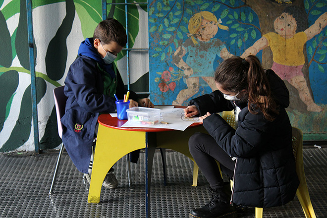 Bambini all'ingresso del TSMREE di Via Dina Galli disegnano i supereroi in occasione dell'intervento degli street artist Diamond e Solo in Via Dina Galli 8 per il Progetto Another World, foto LAP