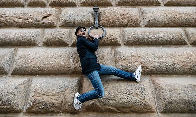 JR davanti a Palazzo Strozzi.  Photo Ela Bialkowska, OKNOstudio