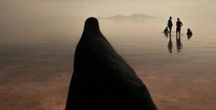 Masoud Mirzaei | The Lake, Lake Urmia (Iran). Creative Photo Awards 2021 - Photographer of the Year. Il lago Urmia, il più grande lago del Medio Oriente e il sesto lago di acqua salata più grande della terra, si trova tra le province dell'Azerbaigian orientale e dell'Azerbaigian occidentale.