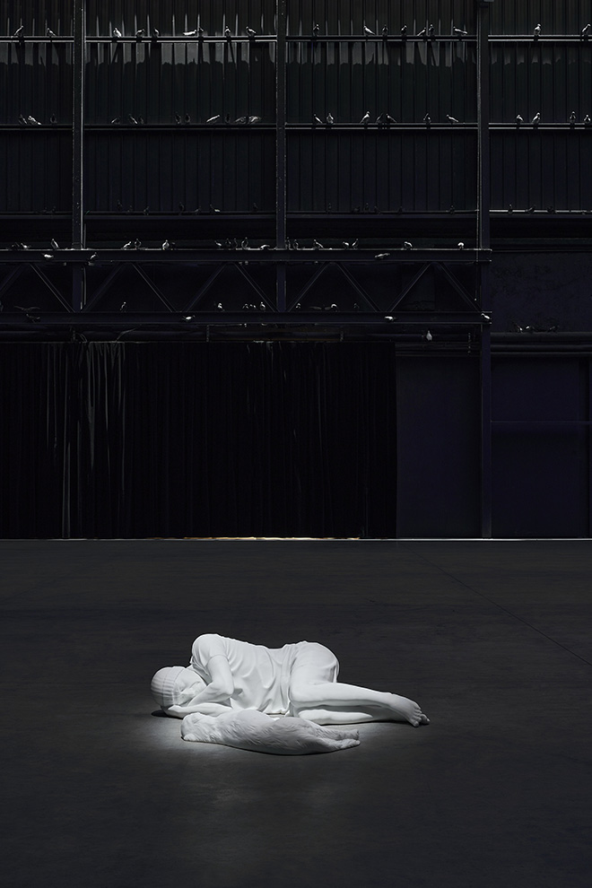 Maurizio Cattelan - Veduta della mostra, Breath Ghosts Blind, Pirelli HangarBicocca, Milano, 2021. Courtesy l'artista e Pirelli HangarBicocca, Milano Foto: Agostino Osio.