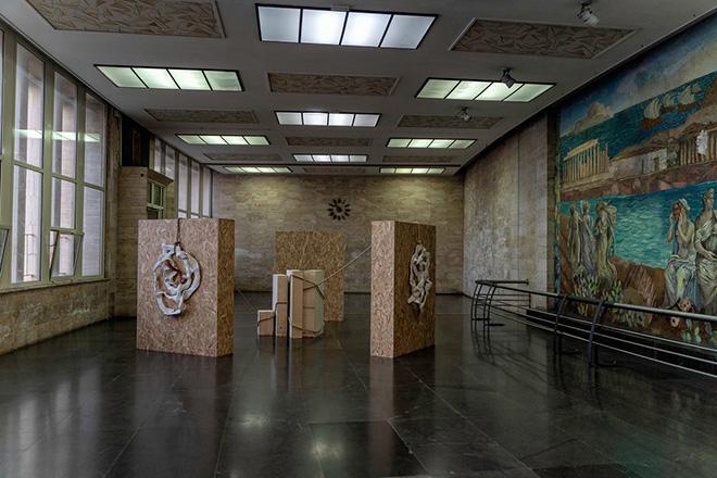 Lucilla Ragni, Tra le terre, 2021, installazione site-specific, mixed media, dimensioni ambientali veduta di Station to Station, Salone dei Mosaici di Messina Marittima