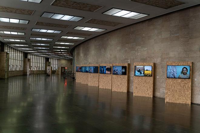 Mustafa Sabbagh, anthro-pop-gonia, 2015. installazione audio-video: 7 video HD su 7 schermi lcd, color, loop, dimensioni ambientali. veduta di Station to Station, Salone dei Mosaici di Messina Marittima