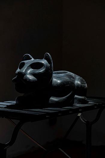 Felipe Perez, You are not what you seem, 2021, scultura in ceramica, pigmento e specchio nero, 55 x 31 x 28 cm veduta di Station to Station, Bunker di Reggio Calabria Centrale