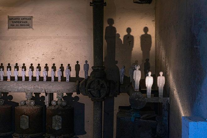 TechneLab, 50persone, 2021, installazione site-specific, ceramica, dimensioni ambientali veduta di Station to Station, Bunker di Reggio Calabria Centrale