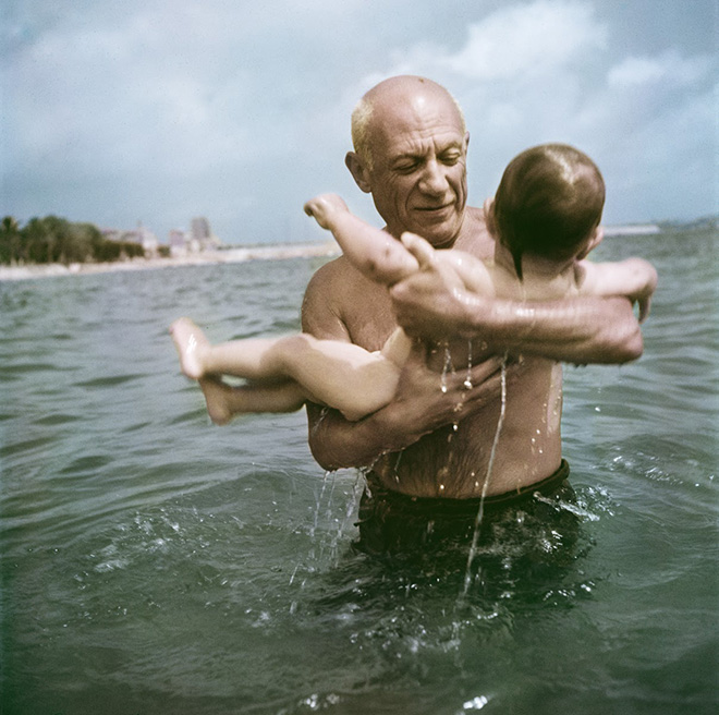 Robert Capa, [Pablo Picasso gioca in mare con il figlio Claude, Vallauris, Francia], 1948. © Robert Capa/International Center of Photography/Magnum Photos.