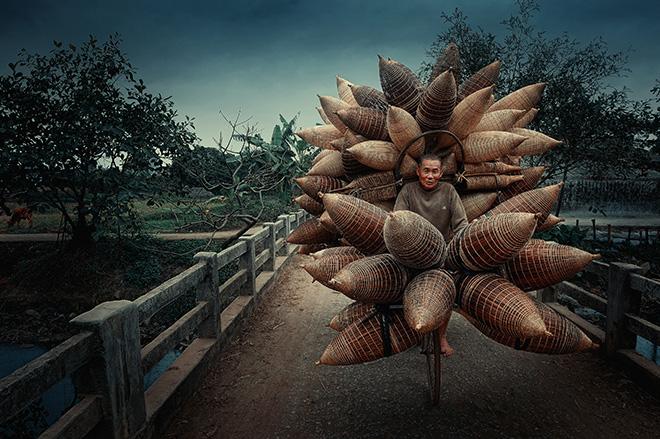 Hoang Long Ly (Vietnam) - Title: Bamboo Basket Seller. AAP Magazine #20 TRAVELS