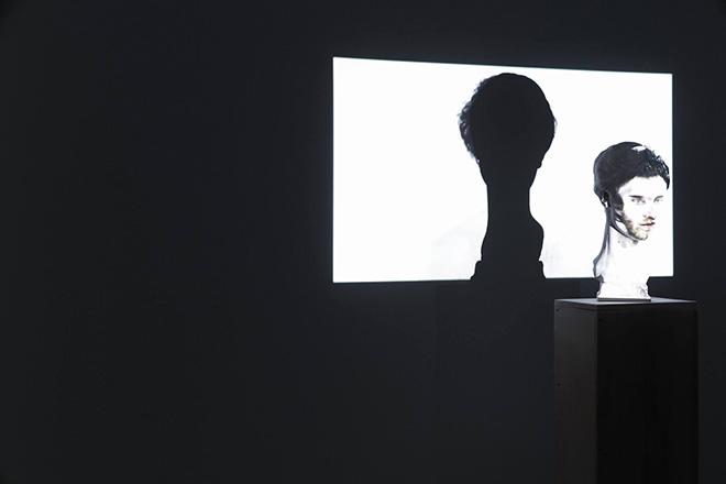 Mustafa Sabbagh, Spazio Disponibile: rinasci:mentale - Galleria Estense di Modena, 2021. installazione site-specific (scultura in marmo, video monocanale, dimensioni ambientali). courtesy: l'artista, Gallerie Estensi